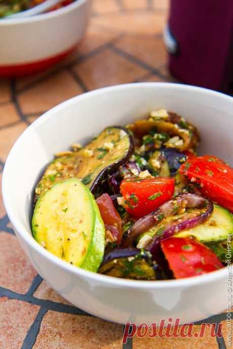 Салат из овощей на гриле - Кулинарные заметки Алексея Онегина Вкусный, быстрый и несложный рецепт салата из овощей гриль, который одинаково легко приготовить и дома на кухне, и на дачном мангале, и на природе у костра.