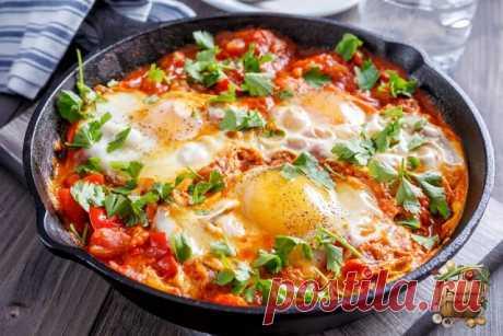 Шакшука.  Шакшука - идеальный вариант для сытного завтрака. Это блюдо довольно распространено в Израиле, Марокко и Тунисе. По сути, это яйца, запеченные в томатном соусе с овощами. Самый простой, базовый набор - это томаты, лук, острый перец и специи. Но готовить можно и с другими овощами - например, сладким перцем, кабачком.  Ингредиенты на 1 порцию: • 1 небольшая луковица • 1/2 среднего сладкого перца • 1 маленький острый перчик • 2 зубчика чеснока • 1/2 ч.л. молотой зир...
