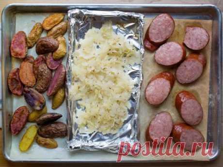 Ужин на противне: колбаса, картошка и квашеная капуста рецепт | Гранд кулинар