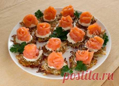 Закуска из соленой красной рыбы на хрустящих жареных решетках из картофеля