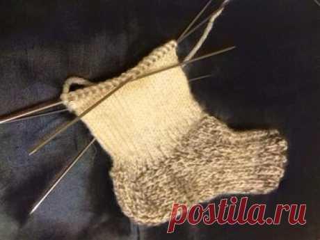 Мастер-класс по вязанию детских носков спицами Вязаные детские вещи отнюдь не вышли из моды. Несколькими спицами можно создавать вещи повседневной носки, которые будут удобными, отличаться от других. Это важный элемент гардероба в холодное время года, особенно для детей. И первыми в списке теплых вещей среди матерей часто становятся детские носки, связанные спицами. Они защищают ножки ребенка и дают пофантазировать создательницам. Подготовительный этап. Прежде чем перейти ...
