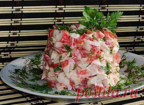 Приятный салатик из крабовых палочек с помидорами.