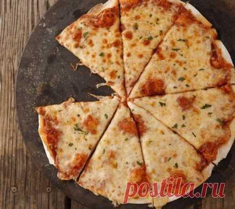 Быстрая основа для пиццы, как в лучшей пиццерии    Тонкая, как мы любим!           Ингредиенты (на 4 основы): мука — 6 стакановсухие дрожжи – 1 столовая ложкаоливковое масло – ¼ стаканасоль — 4 чайных ложкитеплая вода – 2 стакана Приготовление: См…
