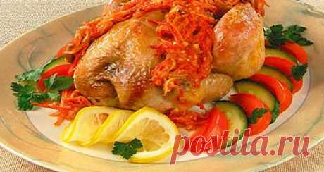 Готовят томатный маринад: нашинкованные морковь, консервированные помидоры, лук пассеруют, добавляют пассерованную муку, специи, чеснок, мясной бульон и проваривают.   Цыпленка обрабатывают,смазывают жиром сковороду, заливают маринадом и запекают в жарочном шкафу. Подавая к столу, посыпают зеленью и кладут ломтик лимона. Отдельно можно подать салат из свежих помидоров, огурцов, консервированных фруктов, салат зеленый.