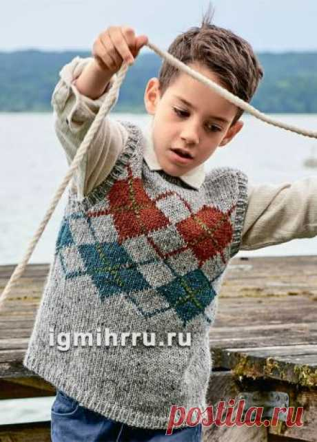 For the boy of 5-7 years. A woolen vest with rhombuses. Knitting by spokes for children