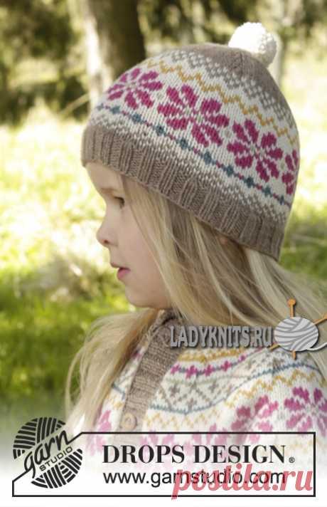 Вязаная спицами красивая шапка с жаккардовым узором для девочки