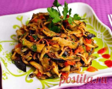 """Салат """"Любимый""""  Ингредиенты:  3 баклажана 150 г твeрдого сыра 70 г зелени кинзы и петрушки  1 зубчик чеснока, растительное масло"""