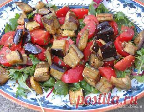 Японский салат с запеченными баклажанами и помидорами. Ингредиенты: баклажаны, помидоры, салатный микс