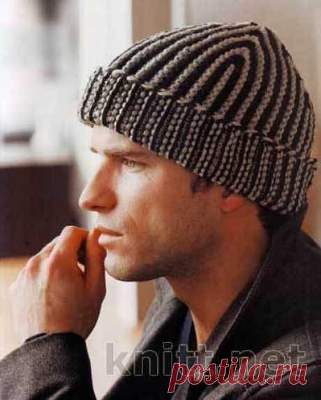 Мужская вязаная спицами шапка в полоску   Шапочка для мужчины в тонкую вертикальную полосочку с отворотом. Модель легко может выполнить новичок, так как она не требует особых умений и знаний, главное четко придерживаться описания вязания. Симпатичная шапочка защитит голову вашего мужчины от весенне-осенних холодов.  Вам потребуется: