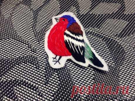 Вышиваем яркую брошь-птичку