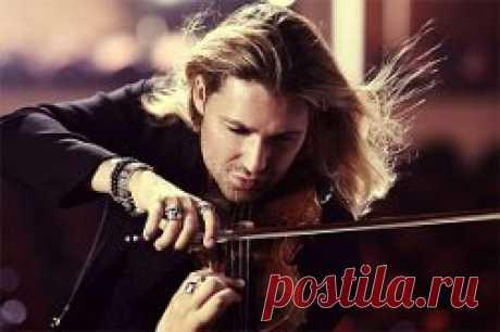Музыкант играл на скрипке -- я в глаза ему глядел.    Я не то чтоб любопытствовал -- я по небу летел.    Я не то чтобы от скуки -- я надеялся понять,    как умеют эти руки эти звуки извлекать    из какой-то деревяшки, из каких-то грубых жил,    из какой-то там фантазии, которой он служил?    Да еще ведь надо пальцы знать, к чему прижать когда,    чтоб во тьме не затерялась гордых звуков череда.    Да еще ведь надо в душу к нам проникнуть и зажечь...    А чего с ней церемониться? Чего ее беречь?