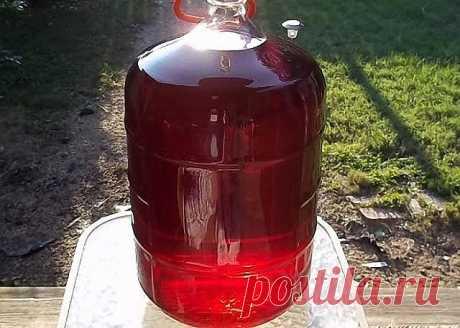 """В""""стародавние"""" времена бабушка делала вкуснейшее домашнее вино из старого засахаренного варенья. Сейчас, когда в магазине при покупке бутылочки вина, вероятность нарваться на химический суррогат, или приобрести кислятину неизвестного происхождения - 95%, этот рецепт стал еще более актуален. Шикарное, вкусное, ароматное домашнее вино, да еще и с """"гуманным ценником"""" - прекрасное решение к праздничному столу! А восхищение гостей, попробовавших этот """"божественный"""" напиток, ста..."""