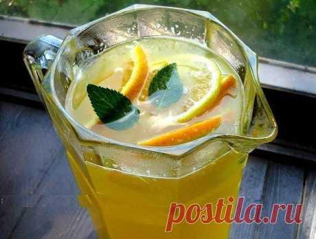Освежающий, натуральный без всякой химии и красителей.  Отлично освежает в жаркую погоду. В этом лимонаде сохраняются витамины, так что он не только вкусный, но и полезный.  Детей от такого лимонада за уши не оттащить.  ДОЛЖНО БЫТЬ В КОПИЛКЕ КАЖДОЙ ХОЗЯЙКИ ;)   Ингредиенты:  На целых 10 литров (!) потребуется 4 апельсина,  1 лимон и сахар