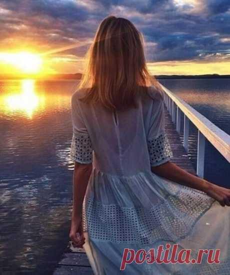 """""""Сегодня"""" вновь уходит во """"вчера"""", Ещё на сутки стала жизнь короче; Казалось - только кофе пил с утра, Оглянешься - а дело ближе к ночи. Бежит лихое время наугад, Отсчитывая дни легко, красиво, И пусть ты даже сказочно богат И всемогущ... Но всё равно не в силах Его хоть на мгновенье задержать, Бег времени - загадка без ответа, Поэтому успей счастливым стать Немедленно... Пока часы рассвета Не уступили место темноте, Когда за горы солнышко заходит, Успей шепнуть """"люблю"""" св..."""