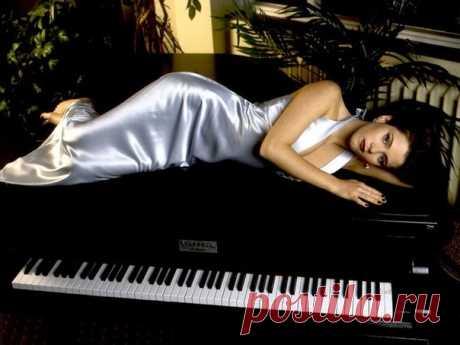 Иду по жизни,как по клавишам рояля,  налаживая с нотами контакт...  Под настроенье музыку меняю,  звучит она с моей душою в такт.  Частенько скрипка в партию вступает,  Показать полностью…