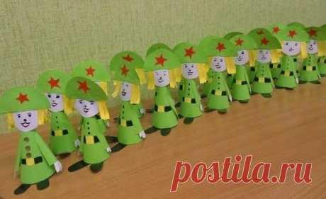 Мастер-класс «Бравый солдатик» (подарок к 23 февраля)  Приближается праздник, посвященный Дню Защитника Отечества – 23 февраля. В этом году мы решили подарить папам и дедушкам поделки из бумаги «Бравые солдатики». Для изготовления поделок понадобятся: принтерная зеленого цвета, ножницы, фломастеры, клей ПВА, черная бумага (4x2, квадратик белой бумаги со стороной 5 см.  Описание работы:  1: Вырезать из зеленой бумаги круг диаметром 20 см, разделить на 4 части, понадобится 1...