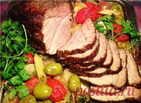 Телятина с картофелем и прованскими травами. Для этого блюда лучше выбрать отличный кусок телятины для ростбифа, картофель сорта «негритянка» или «цыганка» — он готовится относительно быстро и имеет приятную текстуру, пучок свежих прованских трав и любимые овощи. Приготовить таким образом можно говядину, телятину, свинину или баранину с разницей только во времени приготовления.