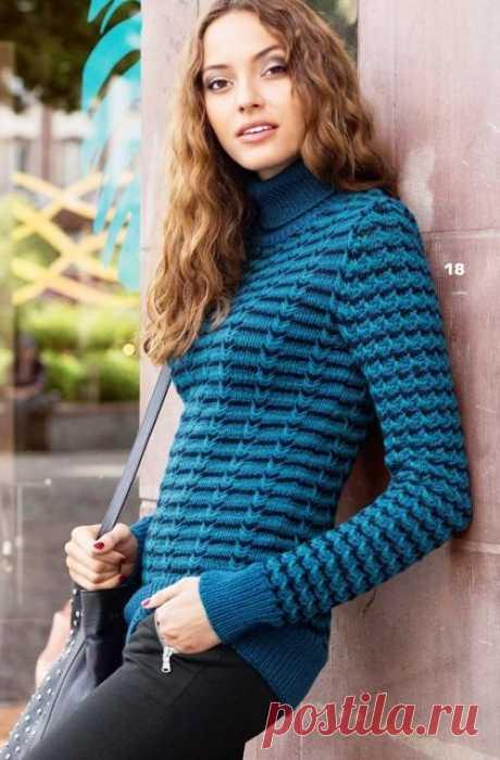Красивый трёхцветный пуловер спицами   Из элитной полушерстяной пряжи трех цветов получается красивый структурный узор с помощью выполнения снятых петель и перекрещенных петель. Цветные полоски на кофте эффектно преломляются, создавая ин…