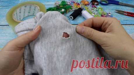 Учимся зашивать дырку на одежде так, чтобы никто не догадался, что она там вообще была: нужны скотч, нитка и иголка (видео)