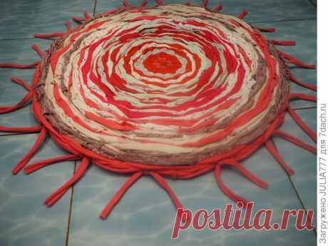 Круглый плетеный коврик из старых вещей своими руками