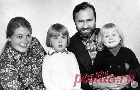 Лидия Федосеева-Шукшина и Василий Шукшин с дочерьми Машей и Олей