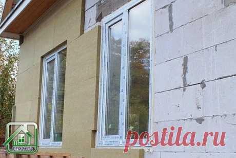 Нужно ли утеплять дом из пеноблоков:  Пенобетонные блоки, так называемые «пеноблоки», применяются, для возведения наружных стен, толщиной 400-500 мм. Такая кладка, идёт сразу под отделку. Но иногда стены из пеноблоков в 300-400 мм дополнительно утепляют снаружи, перед тем, как декоративно отделать их.  По мнению большинства специалистов, утеплять такие стены нерационально, а если вы желаете построить тёплый дом, и отделать его камнем, то снаружи стены лучше обложить кирпичом.