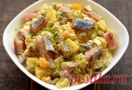 Салат с селедкой и солеными огурцами Готовим простой салат по-деревенски с сельдью, картофелем и солененькими огурчиками. Все продукты отлично сочетаются, как бы дополняя друг друга своими вкусовыми качествами. Для салата применяем крупную нарезку, чтобы все компоненты хорошо чувствовались. Заправляется салат майонезом.