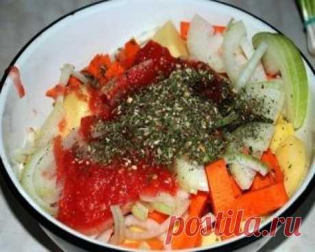 Картошка в рукаве Просто, полезно и вкусно. Редко встречающиеся вместе понятия. Обычно, если вкусно, то не полезно и не просто, если просто, то, как минимум не вкусно. Но, здесь у нас все гармонично и хорошо. Итак, нам надо – 1 кг. картофеля, 1 морковка, 1 помидорчик, лучок, немного специй для картошки или тех, что Вам нравятся, пучок зелени и несколько зубчиков чеснока. Можно лук. 1 ст.ложка растительного масле. Картошку чистим и режем кубиками. Морковку режем брусочками. Лук — полукольцами.