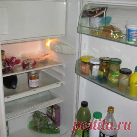 Как вдвое увеличить пространство в холодильнике? Всего одна хитрость Сегодня мне не терпится познакомить вас с удивительно простым способом, лайфхаком, если хотите, как удвоить свободное место в холодильнике. Этот полезный совет обязательно придется по вкусу каждой хозяйке накануне или после приема гостей, когда еды приготовлено очень много, и ее нужно разместить всего в одном холодильнике.