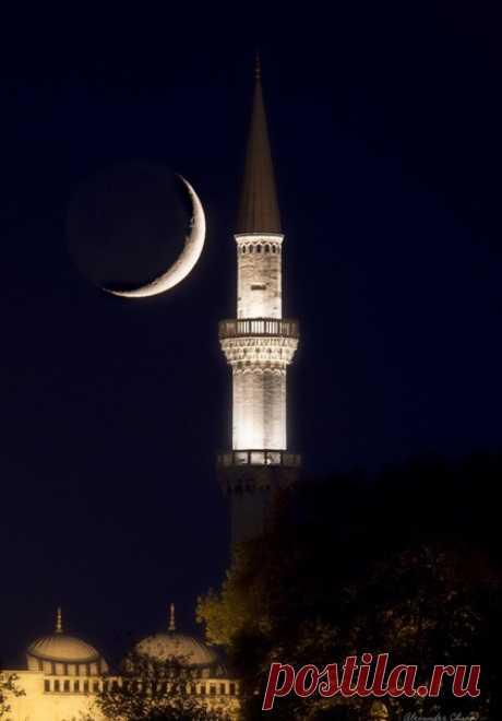 «Луна и минарет» Стамбульская мечеть Сулеймание – самая большая в городе. Стоя на минаретах, муэдзины начинают свой призыв к вечерней молитве. Автор фото – Александр Чазов: nat-geo.ru/community/user/38186