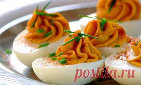 Фаршированные яйца - 16 видов классических начинок  Фаршированные яйца можно по праву назвать лучшей холодной закуской! Готовится это чудо очень легко — нужно отварить яйца вкрутую, подготовить начинку и на скорую руку оформить каждую половинку варено…