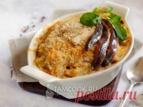 Запеченный картофель с анчоусами в сливках. Картофель по мотивам шведской кухни — с пикантными анчоусами и молочными сливками под хлебной крошкой.