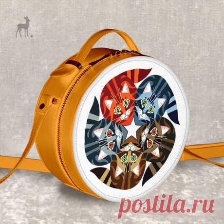 Яркое солнышко на плече: «Пять котят», оранжевая модель Рыжий – цвет солнышка и красивого, пушистого кота, уютно расположившегося на подоконнике под лучами. А еще это цвет вот такой стильной, оригинальной сумки, выполненной в форме круга. Изделие украшено милой художественной росписью: пять котят, которые уселись в тесный кружок, внимательно поглядывая на окружающий мир. Отличный авторский аксессуар M-Sweet, придающий любому образу солнечного настроения и немножко озорства!