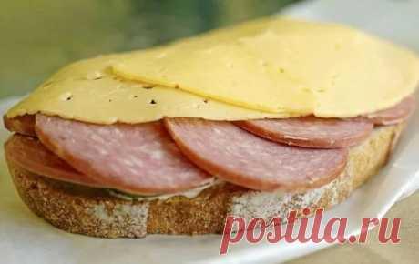 Открытый бутерброд и с колбаской и с сырком