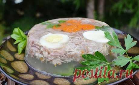 Холодец свиной  Ингредиенты:  Свиная нога — 4 кг  Свиные кости — 2 кг  Голени куриные — 0,5 кг  Морковь — 2 шт.  Лук — 1 шт.  Лавровый лист — 2 шт.  Соль — по вкусу  Специи — по вкусу   Приготовление:  1. Подготовьте мясо. Зачистите копытце на свиной ноге, хорошо промойте под проточной водой. Поместите мясо в большую кастрюлю, залейте водой, добавьте соль и кипятите на медленном огне в течение 5 часов.  2. Очистите и промойте овощи. Спустя 5 часов в бульон отправьте овощи ...