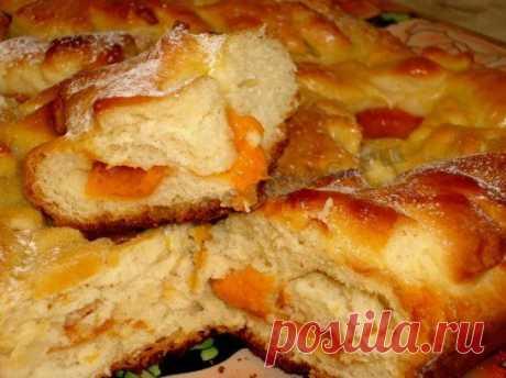 Дешевый и простой, но вкусный пирог, который совсем не приедается, достаточно только менять начинки. Вишня, смородина, малина... Для начала попробуйте с яблоками и абрикосами.  Понадобится. Яйца 2 шт., сахар 1 стакан, сметана 1 стакан, сливочное масло 1 ст. ложка, разрыхлитель 1 ч. ложка, мука 2 стакана, яблоки, абрикосы. Показать полностью…