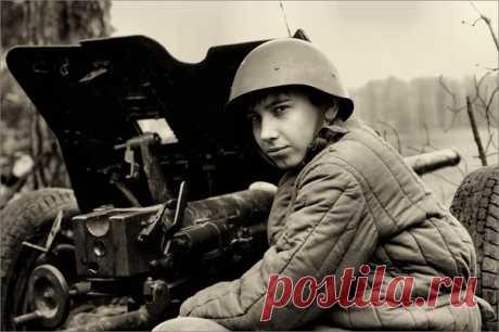 Как Коля Сиротинин остановил танковую дивизию Гудериана «Немцы уперлись в него, как в Брестскую крепость». Коле Сиротинину выпало в 19 лет оспорить поговорку «Один в поле не воин». Но он не стал легендой Великой Отечественной, как Александр Матросов или Ни…