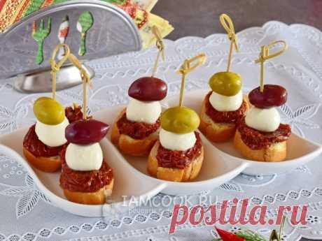 Бутерброды с вялеными томатами, моцареллой и оливками — рецепт с фото на Русском, шаг за шагом. Рецепт бутерброда для ленивых гурманов за 10 минут! #рецепт #рецептик #бутерброды #канапе #новыйгод #рецептыновыйгод