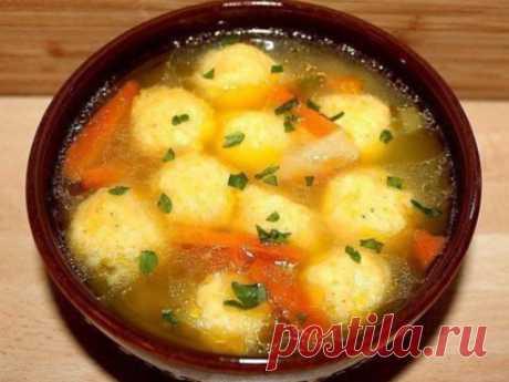 Легкий, но в то же время сытный суп с сырными клёцками, нежными и тающими во рту. Изысканно и фантастически вкусно! Легкий, но в то же время сытный суп с сырными клёцками, нежными и тающими во рту. Изысканно и фантастически вкусно! Книга избранных рецептов