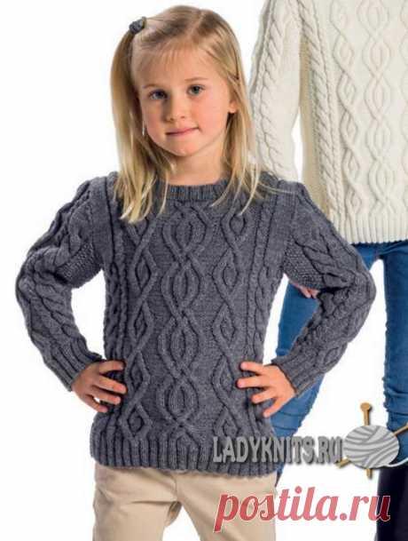 Красивый свитер спицами с узором из аранов и кос для девочки от 2 до 14 лет