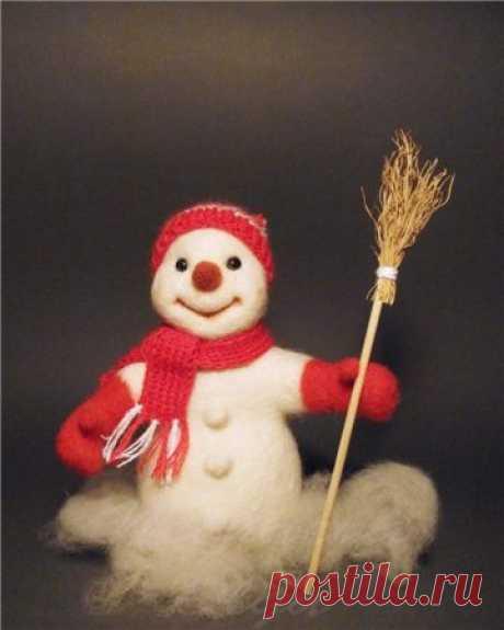 Валяние снеговика из шерсти, все этапы и результат Как свалять снеговика из шерсти в технике сухого валяния. Свалять снеговика из кардочёсанной шерсти (предпочтительнее брать именно этот материал) под силу даже начинающему мастеру.