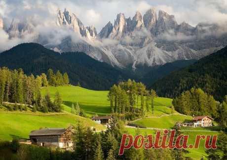 Доломитовые Альпы, Италия. Доломитовые Альпы - удивительной красоты 150-километровый горный массив в Восточных Альпах, отличающийся особой формой и материалами, из которых он состоит. Итальянские Доломиты занимают около 142 км2 площади, благодаря чему здесь полным-полно различных обрывов и утёсов, длинных долин и ледников. На территории Доломитовых Альп находится несколько национальных природных парков, так что это отнюдь не заповедная красота — сюда может попасть любой желающий.