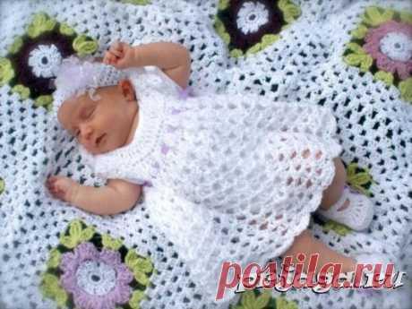 El vestido por el gancho para recién nacido