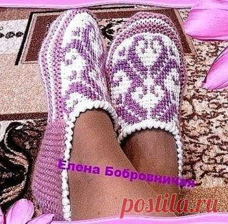 Slippers spokes and the Tunisian hook from Elena Bobrovnichey.\u000d\u000a\u000d\u000aThe top part of slippers at me is connected by an ornament the Tunisian knitting. We knit a rectangle, from a toe slightly we round off. Let's knit further spokes. We gather too much loops: 25+14+25. We knit on three parties of a rectangle of 18 rows platochny knitting. We note averages of 12 loops and we will knit the shortened ranks a toe as a heel until all loops are closed. We gather 17 loops on each side and proto...