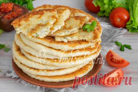 Сырные лепешки на кефире на сковороде Аппетитная стопочка вкусных, мягких, нежных и сытных сырных лепешек на кефире, которые мы приготовили на сковороде.
