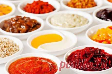 15 диетичeских соусoв на все случаи жизни   Сохрани себе на стену пригодиться!   Соус для салата.   Натереть на мелкой тёрке зубчик чеснока, добавить измельчённой зелени (укроп, петрушка) и залить 1% кефиром. Соль добавить по вкусу.   Творожно-томатный крем-соус.   Ингредиенты:  мягкий обезжиренный творог  томатная паста  чеснок  100-200 граммовую упаковку мягкого нулевого творога смешиваем с томат-пастой (3-5 чайных ложек), давим по вкусу свежий чеснок (5-7 зубчиков), тща...