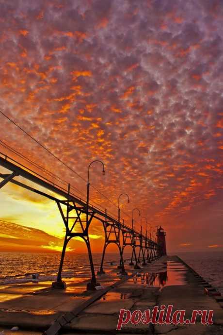 Закат, маяк. Штат Айова, США.