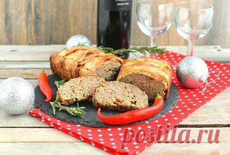 Печеночный паштет с грибами и вялеными помидорами  Ингредиенты:  Печенка куриная — 600 г  Лук репчатый — 1 шт.  Лук зеленый — 1 пучок  Шампиньоны — 200 г  Бекон — 200 г  Яйцо — 1 шт.  Манка — 4 ст. л.  Вяленые помидоры — 3–4 шт.  Коньяк — 1 ст. л.  Горчица — 1 ч. л.  Сахар — 1 ч. л.  Черный перец — по вкусу  Мускатный орех — по вкусу   Приготовление:  1. Грибы предварительно отварите. Если это шампиньоны, достаточно пары минут в кипящей воде. Если же грибы лесные, варить с...