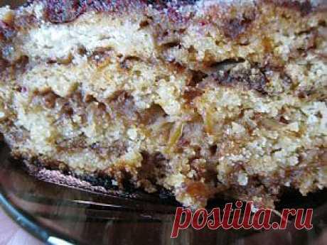 Рецептом этого пирога со мной поделилась мама моей подруги. Он пришелся по вкусу моим домашним. Нежная выпечка и готовится просто. И выдумке нет предела. Вместо яблок можно положить ягоды, например вишню или чернику. Пробуйте и эксперементируйте!