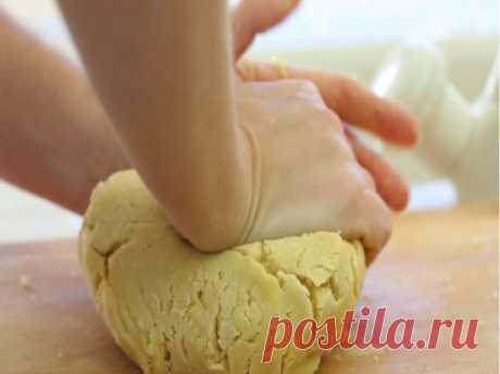 Как легко приготовить песочное тесто. Нам понадобится:  100 г сахарной пудры  200 г сливочного масла  250 г муки  1 желток.  1. Масло необходимо нарезать небольшими кусочками  2. Добавить сахарную пудру.  3. Взбиваем до однородной массы.  4. Добавляем желток. Перемешиваем.  5. Всыпаем просеянную муку и замешиваем тесто.  6. Собираем тесто в ком и оборачиваем его пищевой пленкой.  7. Ставим его в холодное место немного отдохнуть.
